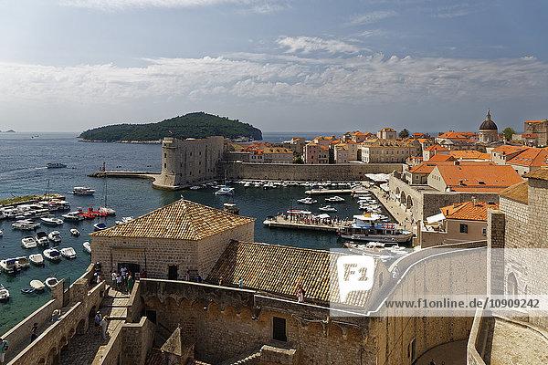 Kroatien  Dubrovnik  Hafen und Altstadt mit Stadtmauer