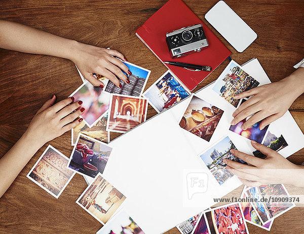Hände sortieren Fotoabzüge