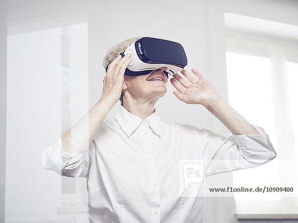 Seniorin mit Virtual Reality Brille