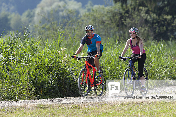 Mann und Mädchen auf einer Fahrradtour mit Trekkingrädern