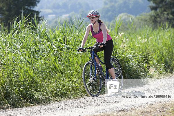 Teenager Mädchen auf einer Fahrradtour mit Trekkingrad