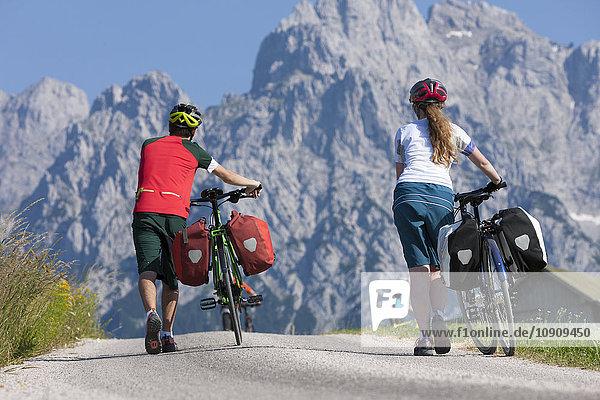 Mann und Mädchen auf einer Fahrradtour mit ihren Trekkingrädern