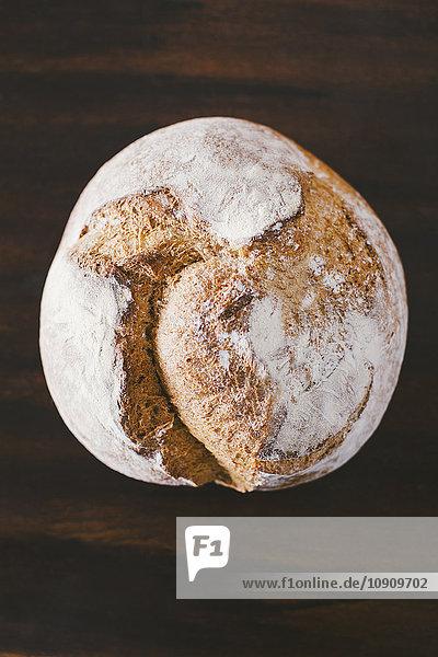 Rustikales handgemachtes Brot auf Holz
