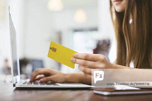Junge Frau bei der Online-Zahlung