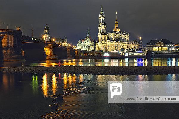Deutschland  Sachsen  Dresden  Altstadt  Brücke und Elbe bei Nacht