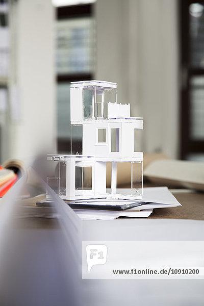 Desktop mit Architekturmodell