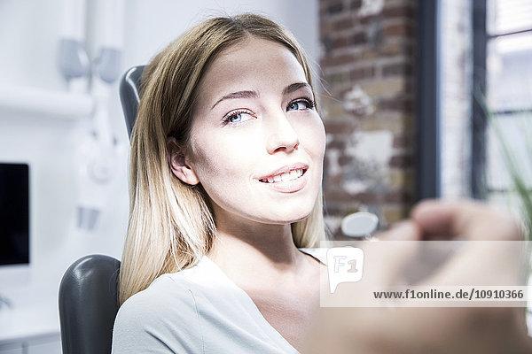 Junge Frau beim behandelnden Zahnarzt