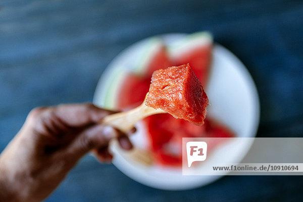 Nahaufnahme der Wassermelone auf der Gabel