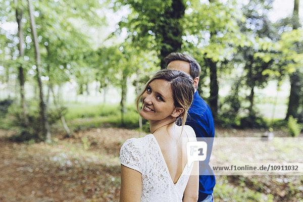 Porträt einer glücklichen Frau mit ihrem Freund in der Natur
