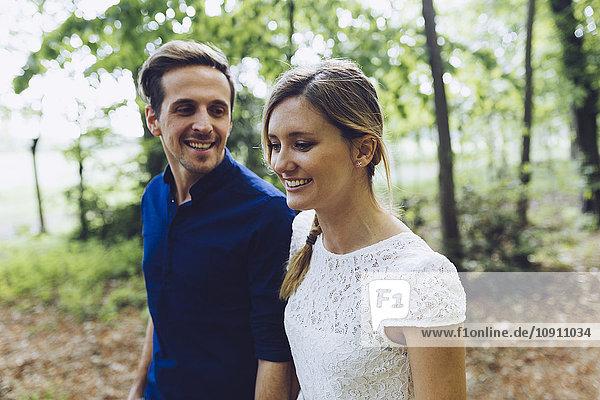 Verliebtes Paar beim Waldspaziergang