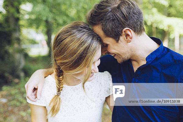 Glückliches Paar in Liebe Kopf an Kopf