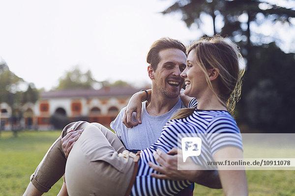 Lachender Mann mit seiner Freundin