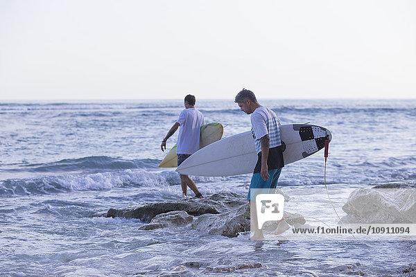 Indonesien  Bali  Surfer im Wasser