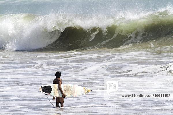 Indonesien  Bali  Surfer wartet auf Welle