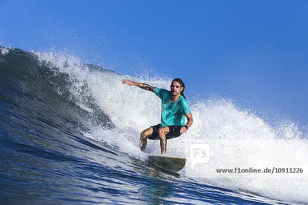 Surfen auf einer Welle