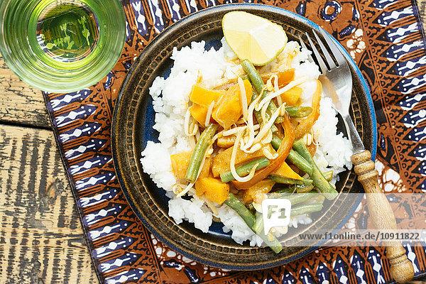 Thai-Kürbis-Curry mit grünen Bohnen und Sprossen  Reis Thai-Kürbis-Curry mit grünen Bohnen und Sprossen, Reis