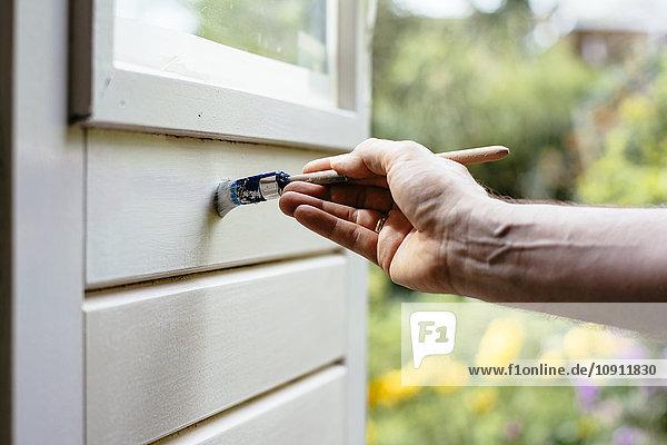 Mann malt innerhalb einer Tür weiß Mann malt innerhalb einer Tür weiß