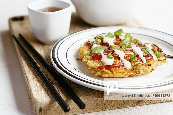 Okonomiyaki  Japanischer Krautpfannkuchen Okonomiyaki, Japanischer Krautpfannkuchen