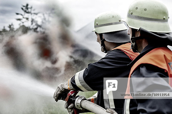 Feuerwehr beim Löschen von Bränden