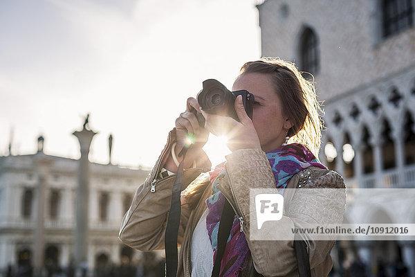 Italien  Venedig  Touristinnen fotografieren mit der Kamera  agsinst die Sonne