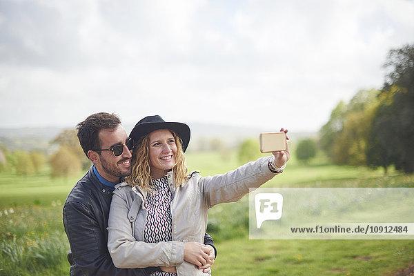 Glückliches Paar nimmt Selfie mit Smartphone