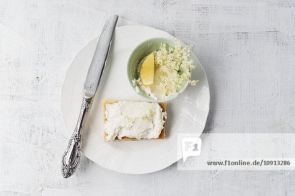 Zitronenkuchen mit Holunderquarkcreme