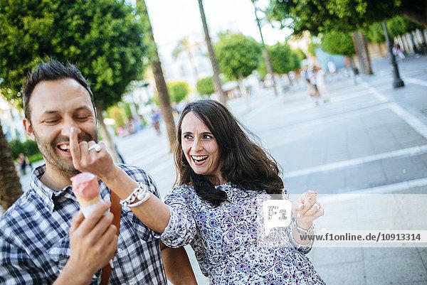 Paar  das Spaß beim Essen einer Eistüte hat