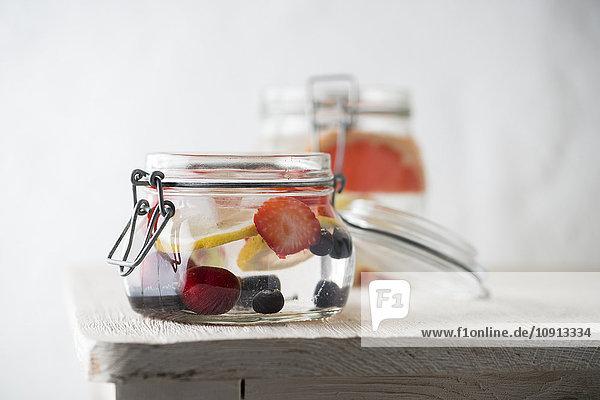Einmachglas mit gekühltem Wasser  aromatisiert mit verschiedenen Früchten Einmachglas mit gekühltem Wasser, aromatisiert mit verschiedenen Früchten