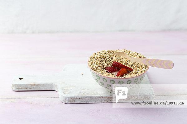 Vollkornquinoa mit Buttermilch und Erdbeeren