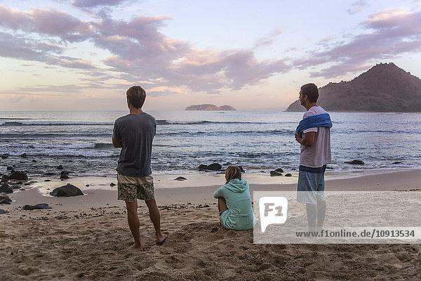 Indonesien  Insel Sumbawa  Jugendliche am Strand