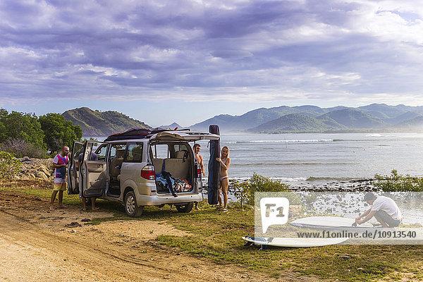 Indonesien  Sumbawa  Auto  Surfer am Strand