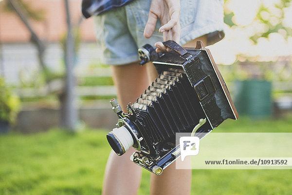 Frau mit Vintage-Kamera