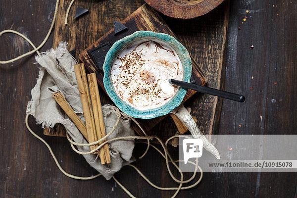 Heißer Kakao mit Sahne und Zimt