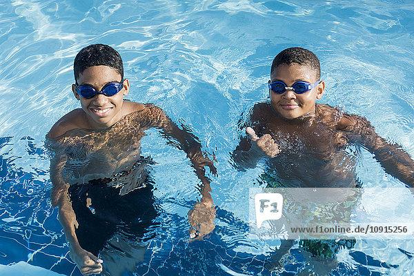 Portrait von zwei Jungen im Schwimmbad