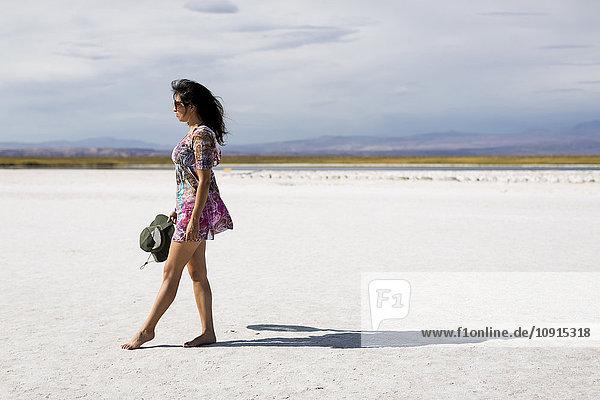 Chile  San Pedro de Atacama  Frau in der Wüste unterwegs
