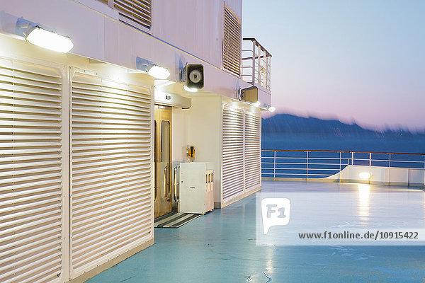 Abends an Bord eines Kreuzfahrtschiffes