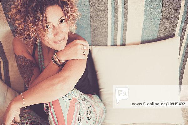 Frau auf dem Sofa lächelnd