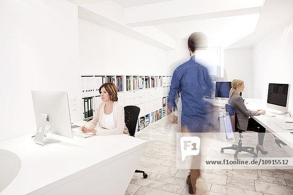 Drei Personen bei der Arbeit in einem Büro