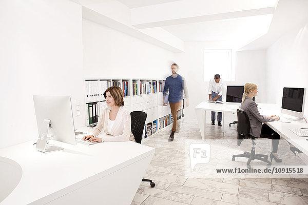 Vier Personen bei der Arbeit in einem modernen Büro
