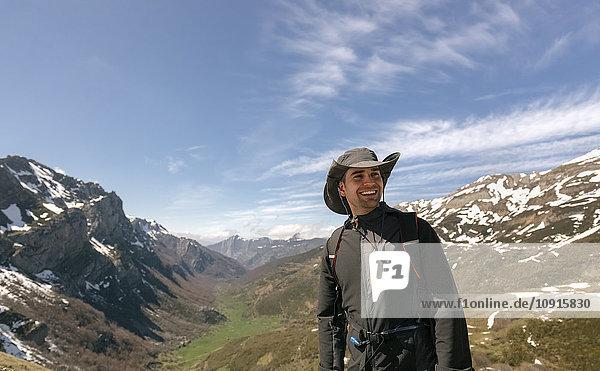 Spanien  Asturien  Somiedo  lächelnder Mann beim Bergwandern