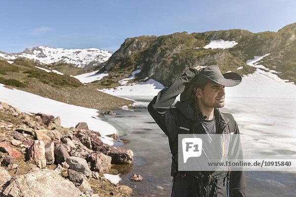 Spanien  Asturien  Somiedo  Mann mit Blick auf die Landschaft am Seeufer