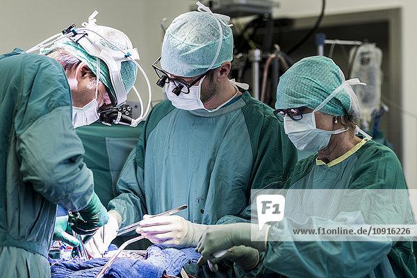 Herzchirurgen und OP-Schwester während einer Herzklappenoperation
