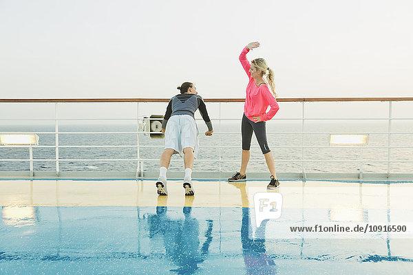 Paar beim leichten Training auf einem Schiffsdeck  Kreuzfahrtschiff  Mittelmeer