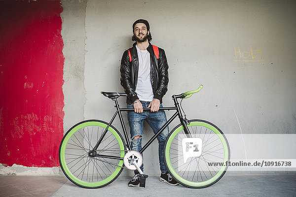 Junger Mann mit Fixie Bike