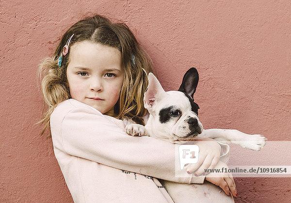 Porträt eines kleinen Mädchens mit französischer Bulldogge Porträt eines kleinen Mädchens mit französischer Bulldogge