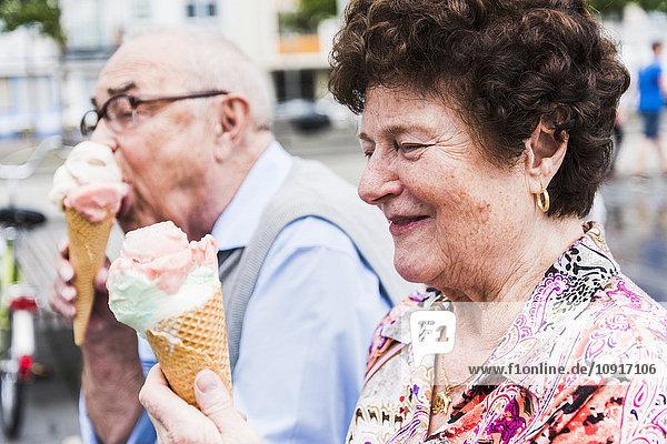 Lächelnde Seniorin mit Eistüte