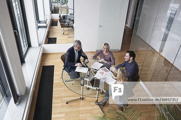 Geschäftsleute mit Teambesprechung im Büro