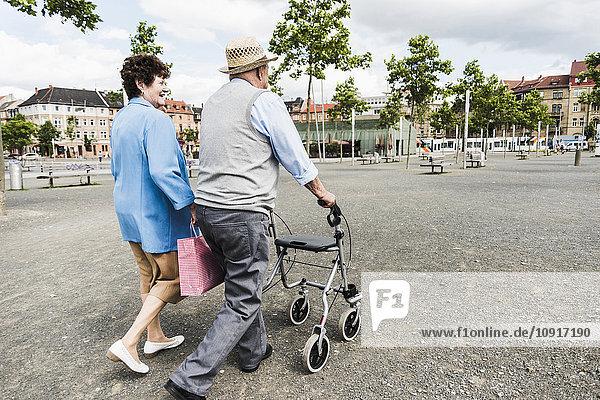 Deutschland  Mannheim  Rückansicht Seniorenpaar mit Rollator