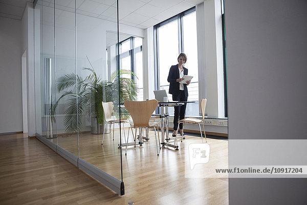 Geschäftsfrau stehend im Büro Vorstandszimmer