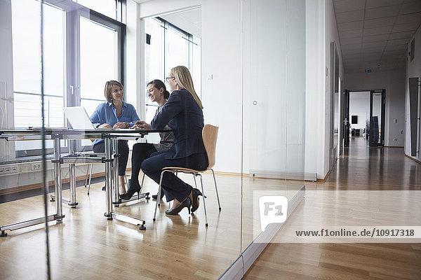 Drei Geschäftsfrauen bei einem Treffen